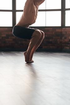 강하고 탄력있는 근육을위한 요가 아사나. 건강하고 건강한 몸. 스포츠 훈련 및 운동 생활 양식.