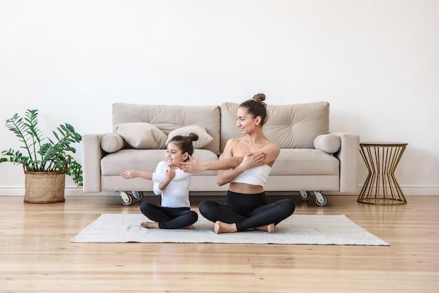 집에서 요가 연습 어머니와 딸이 함께 운동을하는 작은 아이