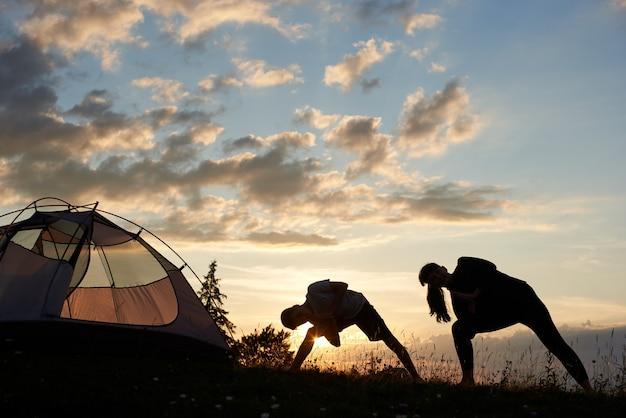 日没時の山でのヨガ