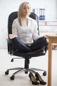 Yoga per il relax degli uomini d'affari