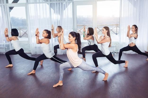 요가 피트니스 스포츠 훈련 및 체육관에서 스트레칭하는 웃는 여성의 라이프 스타일 개념 그룹