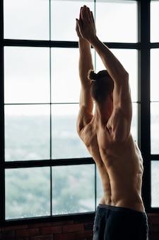 強い背中の筋肉の緊張のためのヨガ。健康な脊椎と椎骨。スポーティでフィット感のあるライフスタイル。あなたの体のための効果的なジムのエクササイズ。