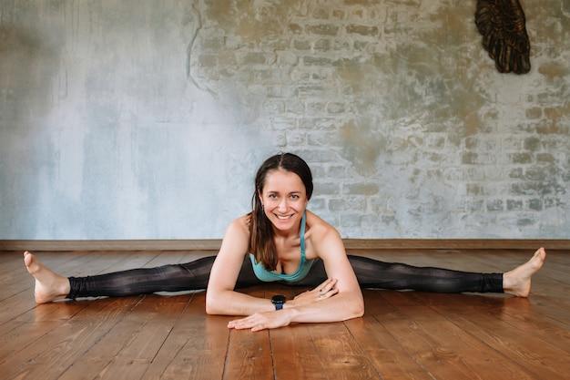 Йога девушка лежит на полу, на широких трещинах