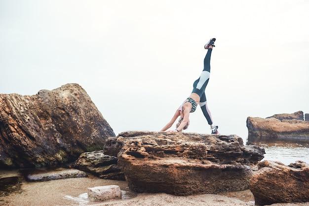 Йога утром здоровая и спортивная женщина-спортсмен-инвалид в спортивной одежде с протезом ноги
