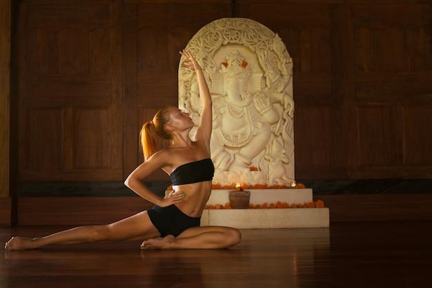 Инструктор по йоге, преподающий класс