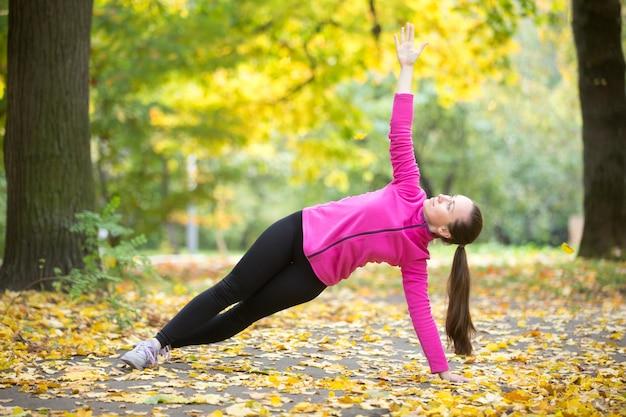 Yoga all'aperto: posa laterale della plancia