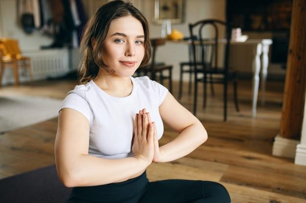 아침에 집에서 운동을하는 요가 플러스 사이즈 모델.