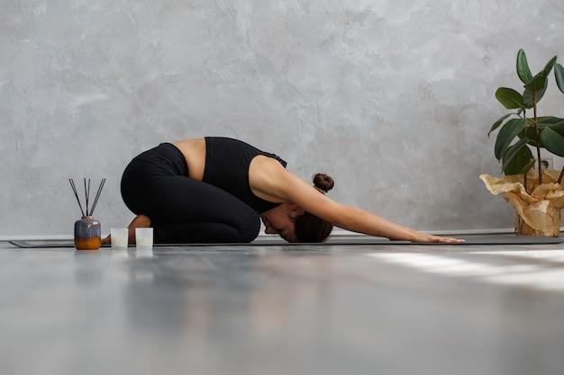 Позы йоги, медитация, релаксация, управление стрессом, благополучие и здоровье