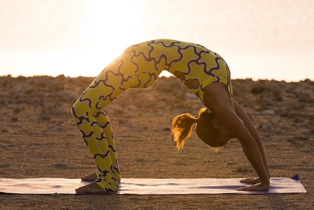 Pratica yoga. donna che fa ponte ponte