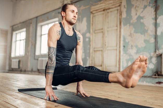手に立っているヨガ、バランスとプレストレーニング