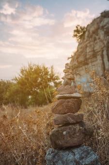 自然の中のヨガの石