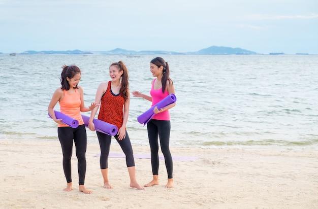 요가 학생 완료 야외 해변 훈련 클래스 후 이야기