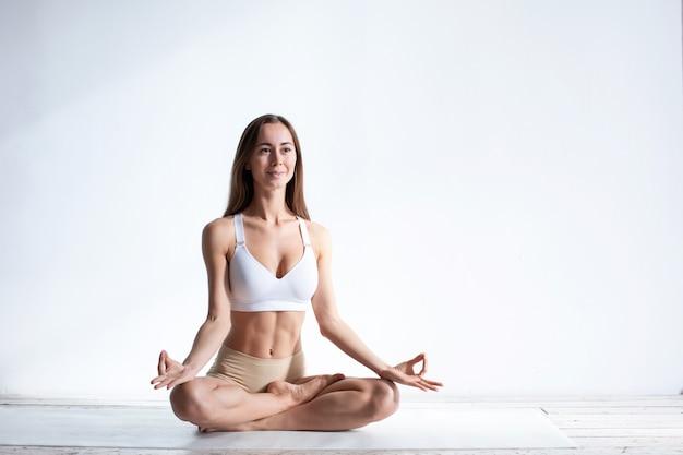 ヨガの女性。リラクゼーション、魂と体の調和。精神的な知識と静けさの概念。