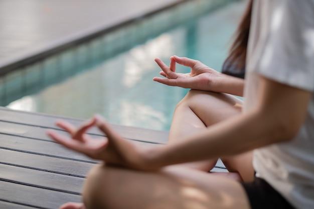 床に座っているヨガの女性、トレーニング後のリラックスした時間、フィットネスの女性