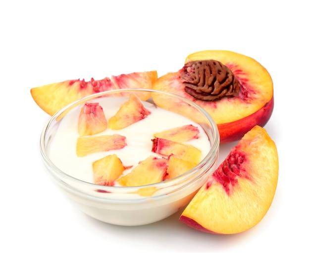 Йогурт с персиком крупным планом