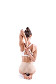 Йога женщина упражнениями йоги во всю длину, вид сзади, изолированные на белом фоне. концепция здорового образа жизни.