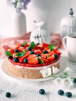 딸기, 블루베리, 민트를 곁들인 요거트 케이크