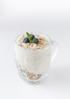 Йогуртовый десерт с овсянкой, черникой, малиной и мятой