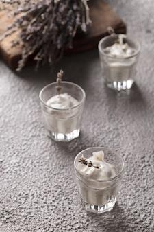 Йогурт в стакане. йогурт лаванды с семенами чиа