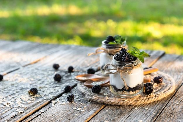 신선한 천연 제품으로 만든 블랙 베리와 라즈베리를 곁들인 요구르트.
