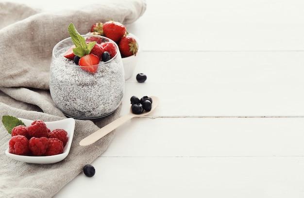 Йогурт с семенами чиа и ягодами в стакане