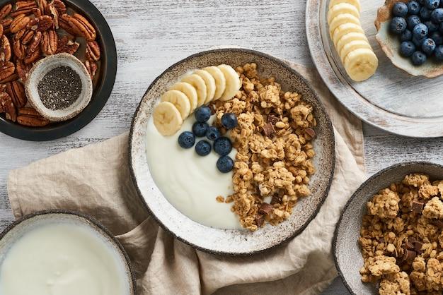 Йогурт с шоколадной гранолой, черникой. завтрак, здоровое диетическое питание с овсяными хлопьями