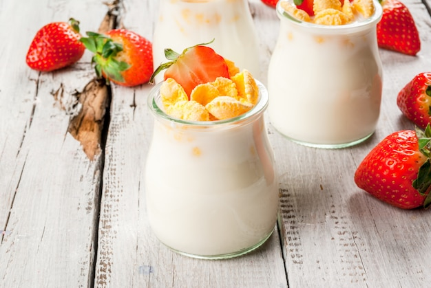 Yogurt with cornflakes and strawberries