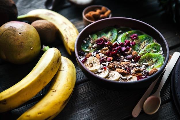 나무 테이블에 다른 과일과 요구르트. 유용한 음식, 다이어트, 유기농.