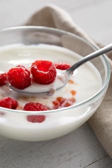 Йогурт с малиной и миской