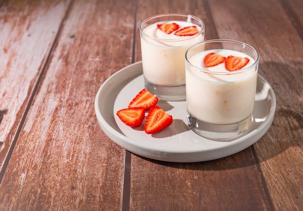Йогурты с клубникой