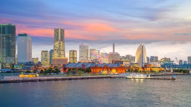 日本の日没時の横浜市のスカイライン
