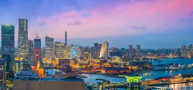 日本の日没時の上面から見た横浜市のスカイライン