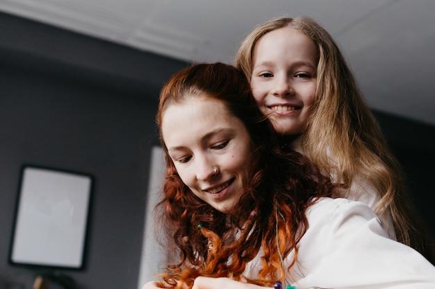 龍と大人の姉妹がロフトを抱きしめ、友情、信頼、類似性を表す