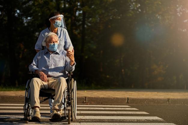 노인 장애인 남자와 시간을 보내는 용 여성 의료 종사자