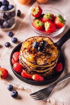 朝食に最適なブルーベリーとイチゴの自家製パンケーキのスタックのyopビュー