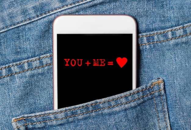 Ты и я на фоне телефона на джинсах любви и концепции валентинки