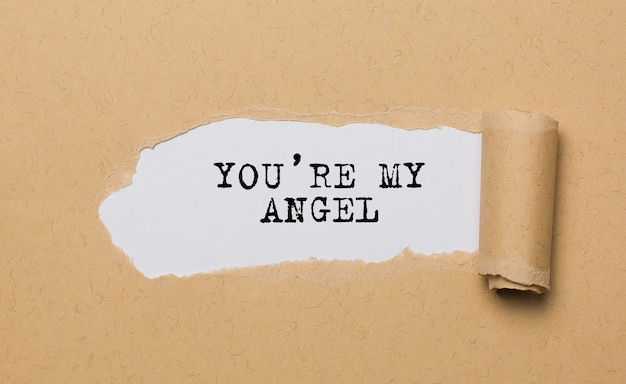 あなたは破れた紙の背景の愛とバレンタインの概念の私の天使です