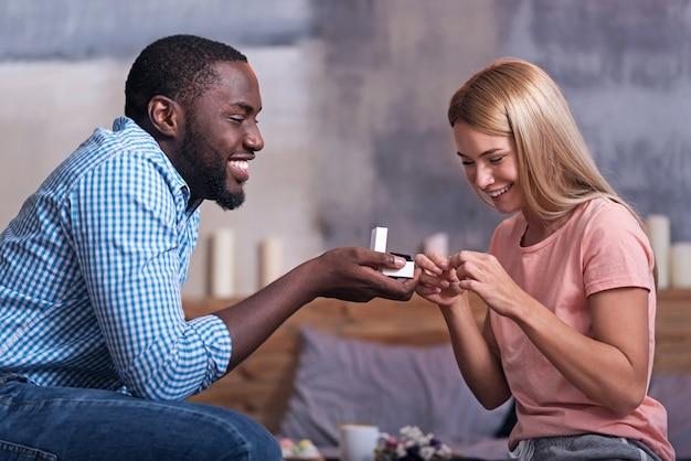 あなただけです。笑顔で指輪を提示しながら、彼のかなり将来の妻に提案をしているうれしそうな若いアフリカ人。