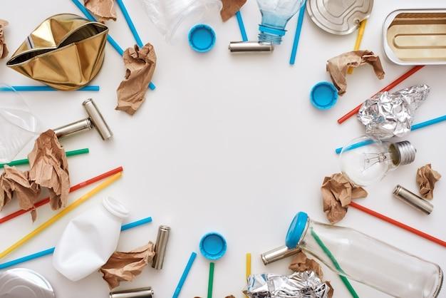あなたはこの世界をより良くすることができます。ごみサークル。床の周りのさまざまな種類の未分類のゴミ。プラスチック、缶、紙ごみが混ざっている