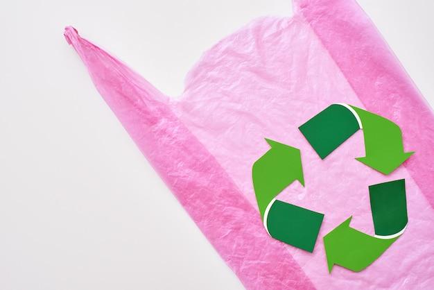 분홍색 비닐 봉투에서 이 세상을 더 나은 재활용 기호로 만들 수 있습니다.