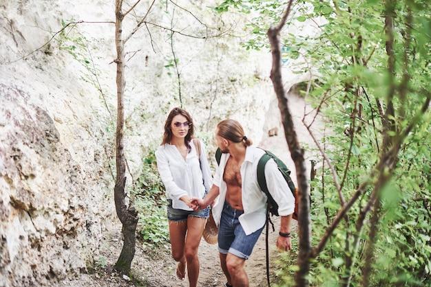 私を信じて。冒険を求めて山の地元の森を探索する2人の人々。