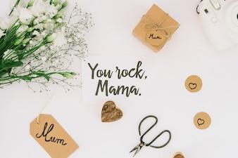 あなたは花とギフト用の箱でママの碑文を揺する