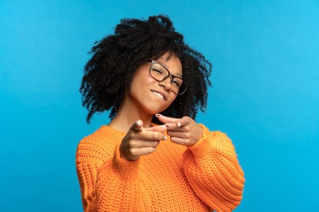 당신은 우리가 필요로 하는 흑인 여성이 카메라에 손가락 앞을 가리키는 행복한 흑인 여성 제스처를 선택합니다.