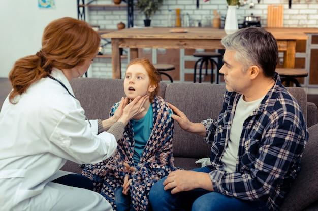 넌 괜찮을거야. 그녀에 대해 걱정하면서 그의 딸의 어깨를 만지고 즐거운 좋은 남자