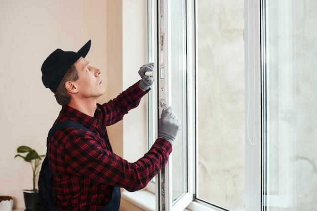 Вы услышите звук тихого старшего разнорабочего, устанавливающего новые окна.