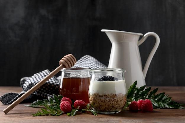 Yougurt con muesli e bicchiere di frutta