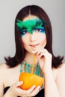 Молодая фотомодель с тропическим коктейлем