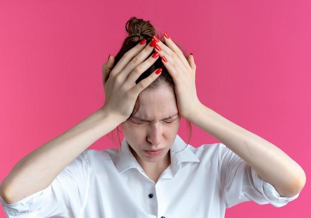 젊은 아프다 금발 러시아 여자 복사 공간 핑크 공간에 고립 된 닫힌 된 눈으로 머리를 보유