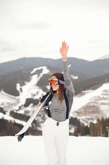 Sciare giovane e attiva del brunette. donna nelle montagne innevate.