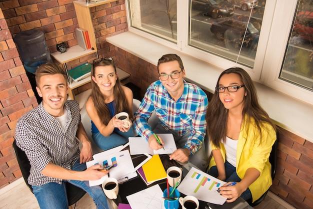 Молодая активная команда, работающая с бизнес-проектом
